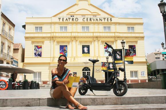 Parada en el Teatro Cervantes de un Tour en Patín Eléctrico · QQ Bikes